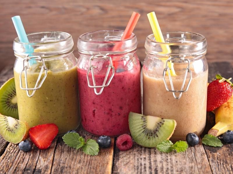 Smoothies là món đồ uống được pha chế từ nước ép trái cây, trái cây để lạnh, các loại si-rô hoặc hương liệu,..