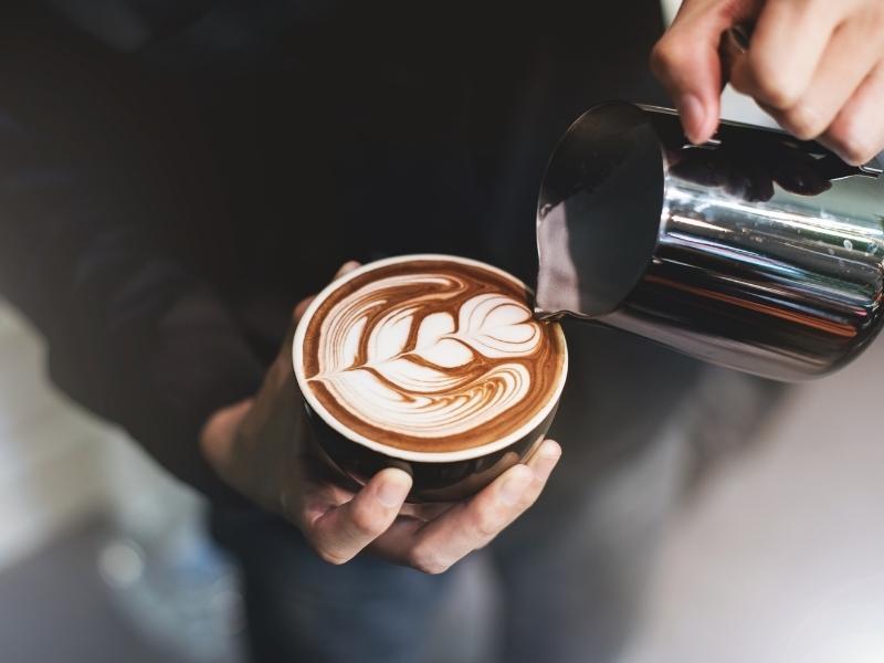 Công việc của nhân viên Barista là tạo ra những ly cà phê tuyệt vời