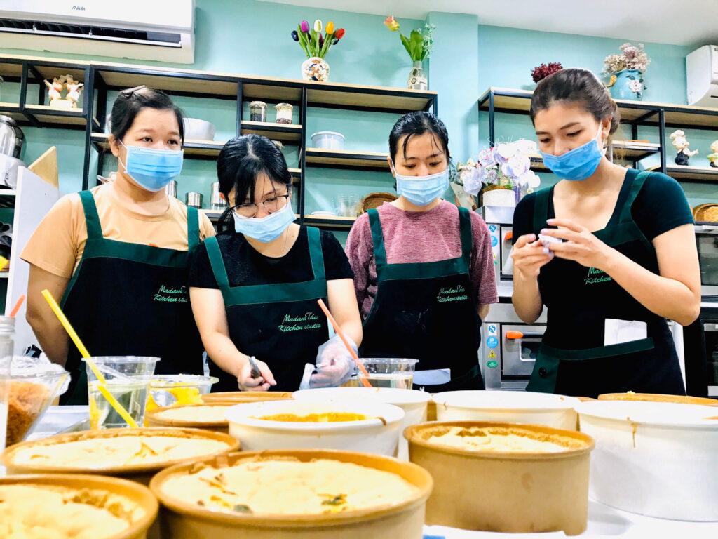 lop-day-lam-banh-bong-lan-trung-muoi-thu-kitchen-studio-can-tho